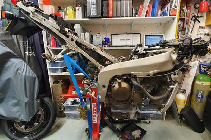 Solución de bricolaje: comprender cómo mantener y reemplazar el varillaje de suspensión y los cojinetes del basculante de su motocicleta hará que se maneje mejor y con más seguridad