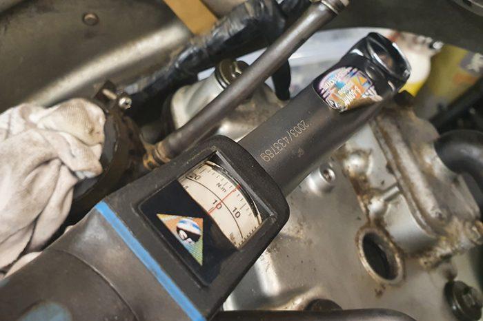 El mantenimiento de su propia motocicleta puede ahorrarle una fortuna mientras la mantiene funcionando de la manera más segura y óptima. Cómo cambiar el aceite, los filtros y las bujías ...