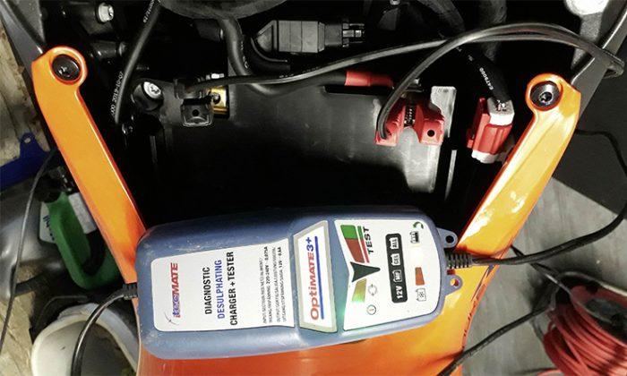 Si deja una moto parada, es probable que la batería sufra más. aquí