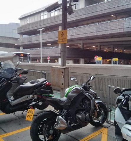 Si vive en una ciudad, especialmente en Londres, encontrar un lugar de estacionamiento legal para su motocicleta es más difícil de lo que debería ser. aquí