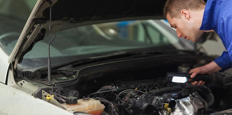 Reparación de motor de coche mecánico